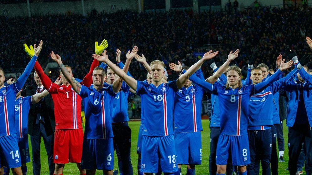 Foto: Jugadores de Islandia saludan al público después de ganar un partido ante Kosovo. (EFE)