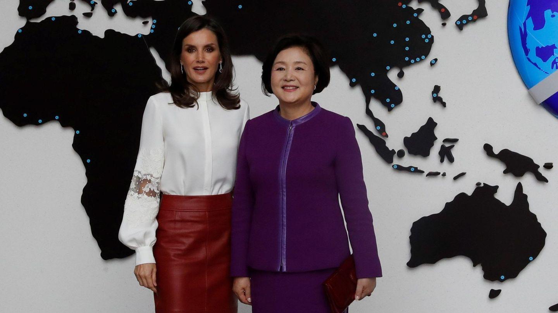 La Reina, con la primera dama coreana. (EFE)
