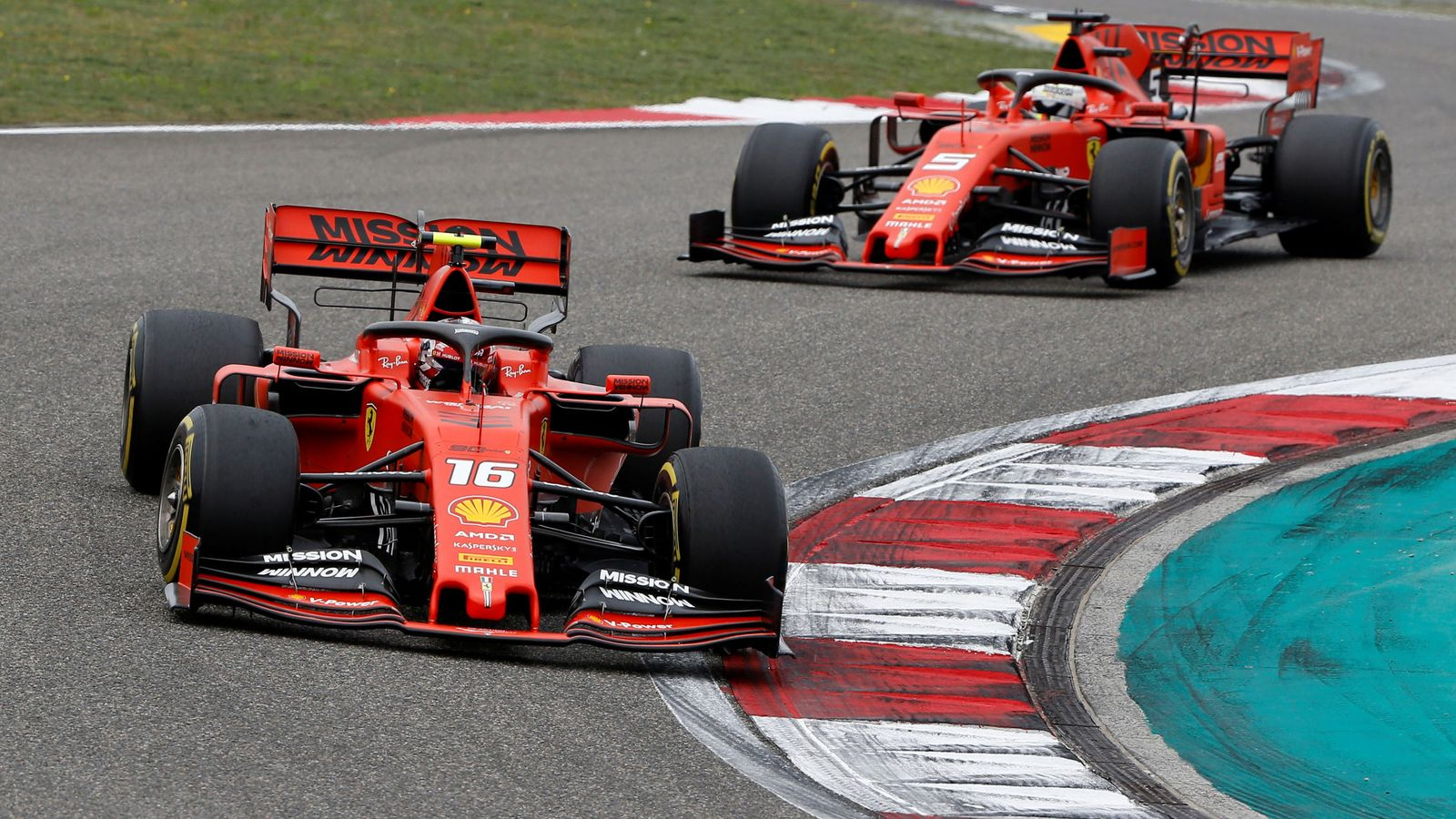 Foto: Ferrari ordenó a Leclerc dejar pasar a Vettel en el Gran Premio de China. (Reuters)