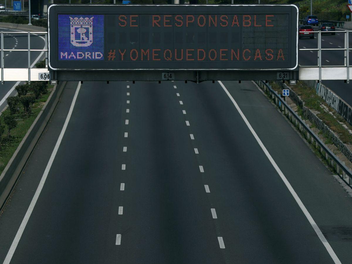 Foto: El tráfico en la M-30 madrileña fue este lunes un 75% inferior al último lunes de febrero. (EFE)