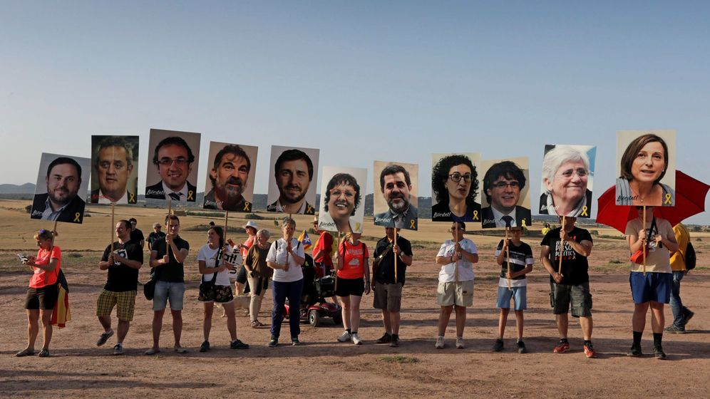 Foto: Concentraciones de apoyo a los dirigentes del 'procés' en el exterior del centro penitenciario de Lledoners. (EFE)