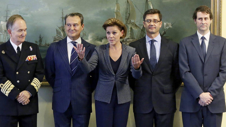 Foto de archivo de Cospedal en 2016, cuando era ministra de Defensa, junto a los altos cargos de su departamento. José Luis Ortiz Grande, director de Gabinete de la ministra, es el último por la derecha. (EFE)