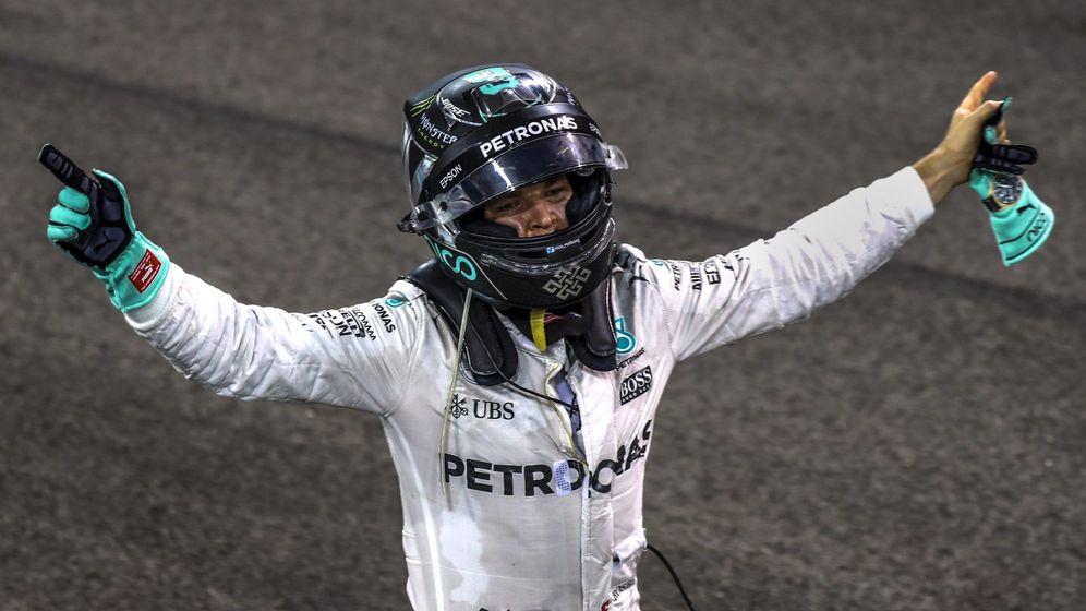 Foto: Rosberg, eufórico en el circuito de Abu Dabi tras proclamarse campeón (Srdjan Suki/EFE).
