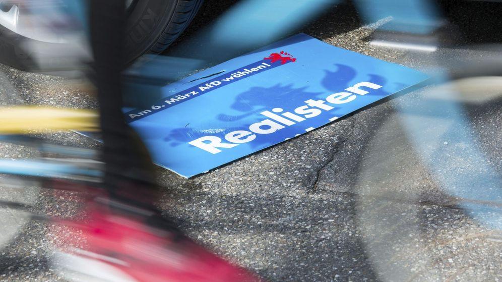 Foto: Vista de un cartel electoral del partido Alternativa para Alemania (AfD) en el suelo en Vierchen, Alemania. (EFE)