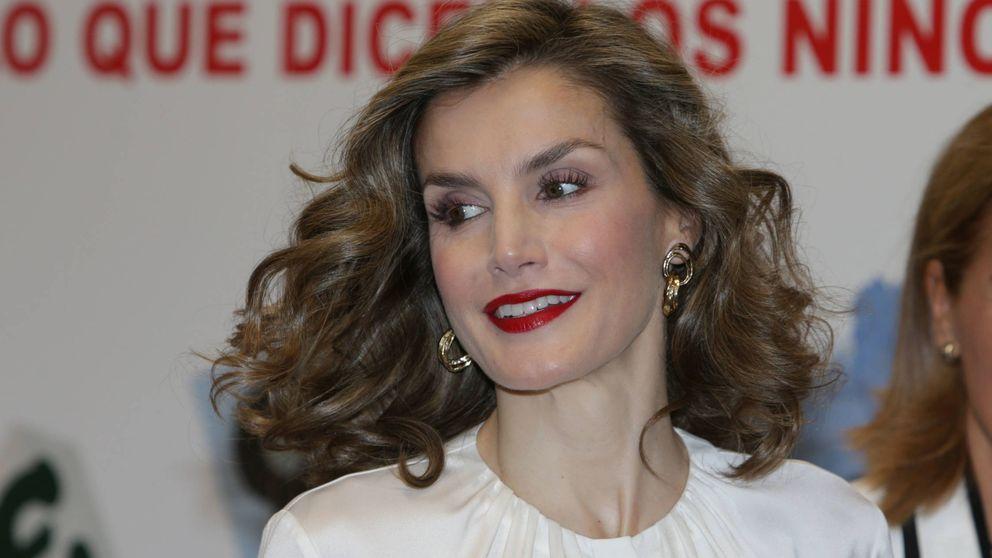 Doña Letizia se viste de 'chica de la Cruz Roja' para celebrar el Día de la Banderita