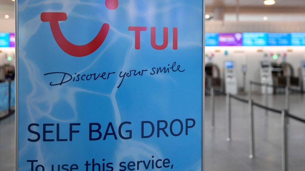 Foto: Un cartel de TUI en un aeropuerto. (Reuters)