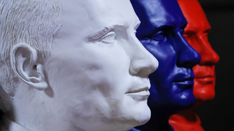 Foto: Varios bustos de Putin con los colores de la bandera rusa en una exposición en el museo UMAM de Moscú. (Reuters)
