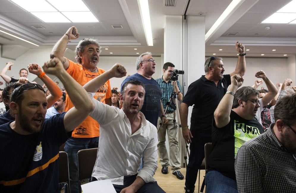 Foto: Los estibadores están dispuestos a bajarse el sueldo para facilitar las negociaciones. (EFE)