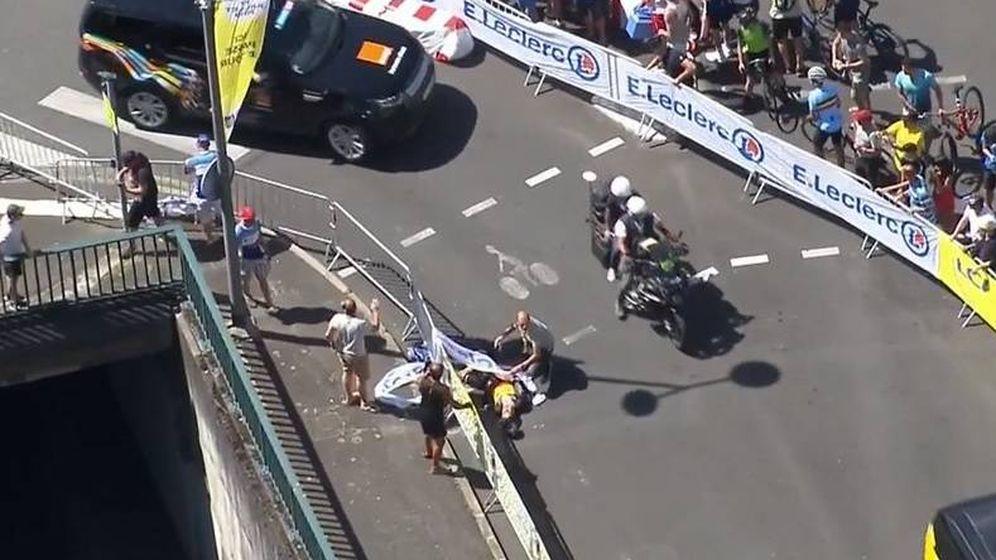 Foto: Van Aert, en el suelo tras su dura caída en la crono del Tour