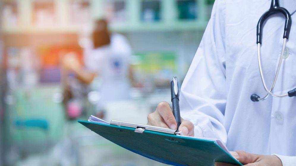 Foto: Un médico prescribiendo medicamentos (iStock)