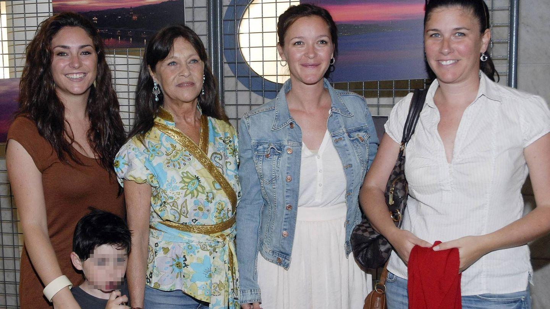 Pepa Flores junto a sus hijas Celia, María y Tamara. (Cordon Press)