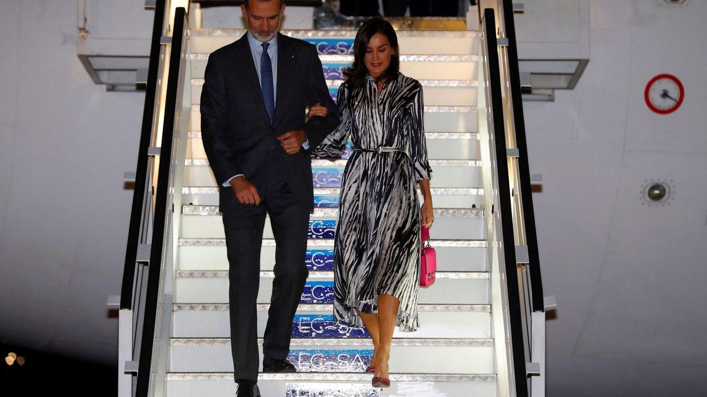 Letizia ya está en Cuba: look de aeropuerto con bolso 'glam' y trampantojo