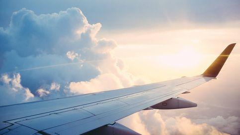 Dos estudiantes de medicina socorren a una mujer en pleno vuelo