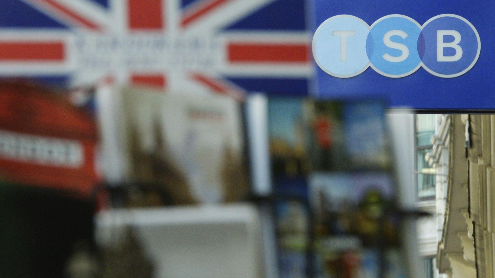 Foto: Vista del rótulo de una sucursal del banco británico TSB en Londres. (EFE)