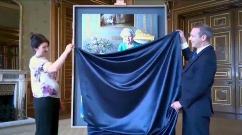 La Reina de Inglaterra descubre un retrato suyo por videoconferencia