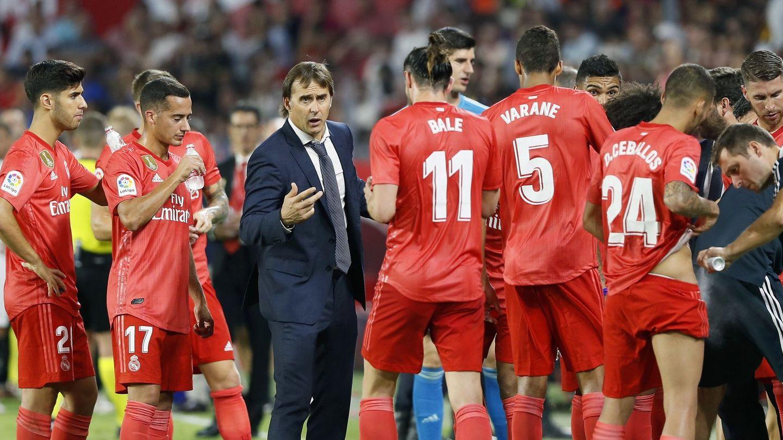 Jugadores y técnico del Madrid durante el 'repaso' del Sevilla. (EFE)