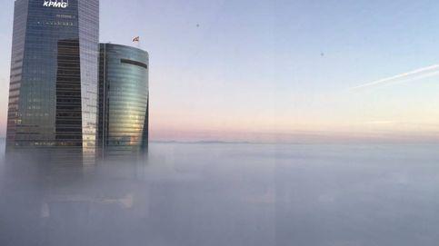 Las cuatro torres se asoman a la niebla de Madrid