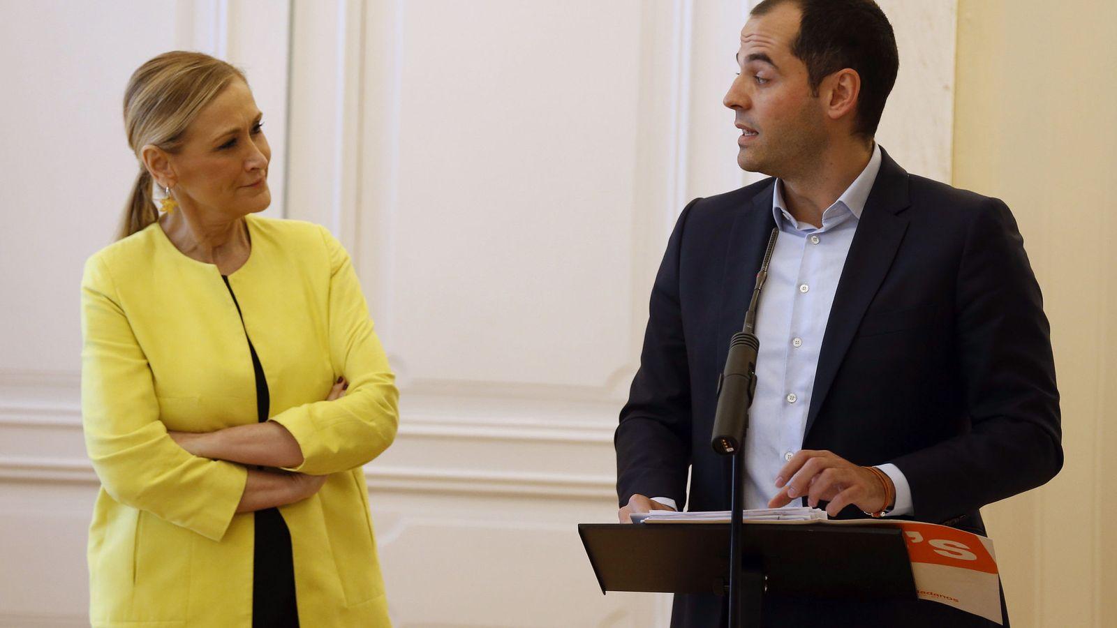 Foto: La presidenta de la Comunidad de Madrid, Cristina Cifuentes (i), junto al portavoz de Ciudadanos en la Asamblea de Madrid, Ignacio Aguado. (EFE)
