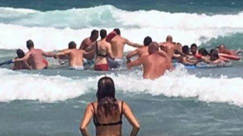 Una cadena humana logra salvar la vida de cuatro bañistas en La Manga