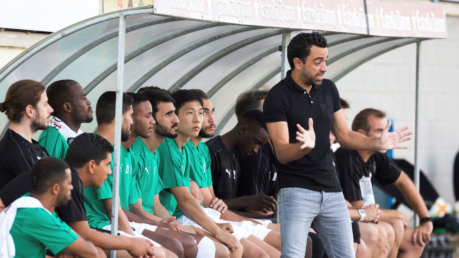 Foto: Xavi dando órdenes a sus jugadores desde la zona técnica. (EFE)