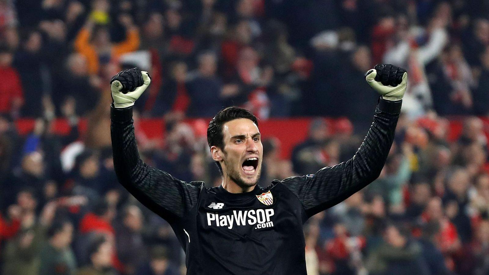 Foto: Sergio Rico celebra el pase del Sevilla a las semifinales de la Copa del Rey. (EFE)