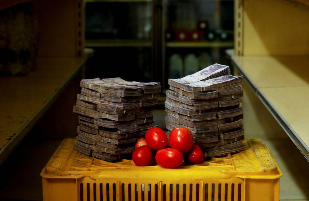 Foto: Un kilo de tomates junto a 5.000.000 de bolívares en un pequeño mercado de Caracas. (Reuters)