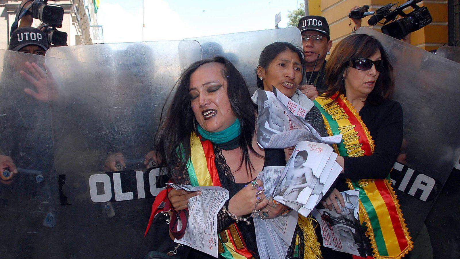 Foto: María Galindo en una protestacontra la propuesta de celebrar Miss Universo en Bolivia en 2010 (Efe)