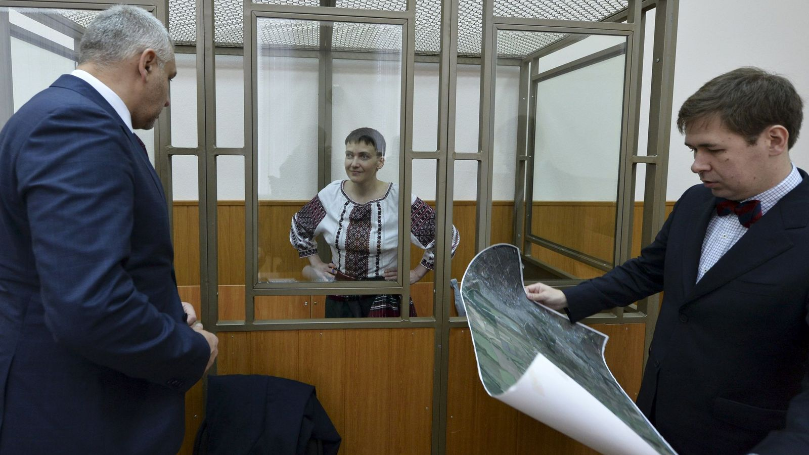 Foto: Nadia Savchenko escucha a sus abogados durante una sesión de su juicio en Rusia, en marzo de 2016 (Reuters)