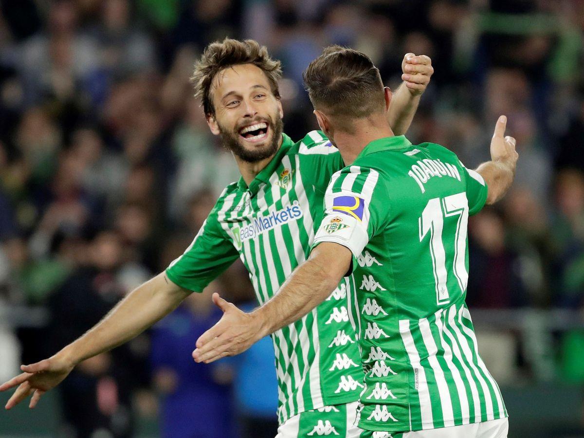 Foto: Canales y Joaquín celebran un gol del Real Betis. (EFE)