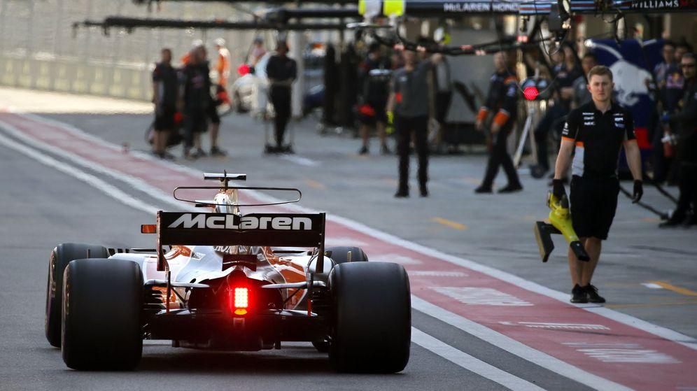 Foto: Fernando Alonso en boxes. (EFE)