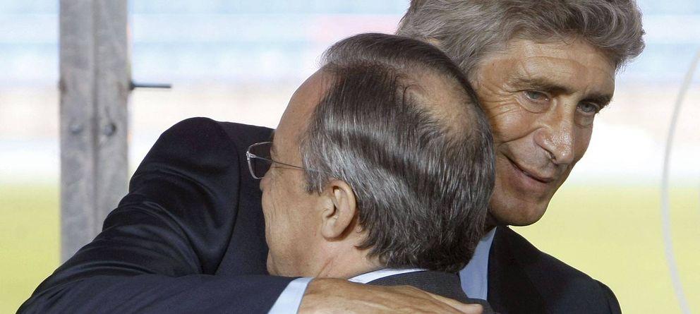 Foto: Manuel Pellegrini y Florentino Pérez se saludan en la presentación del técnico chileno con el Madrid.