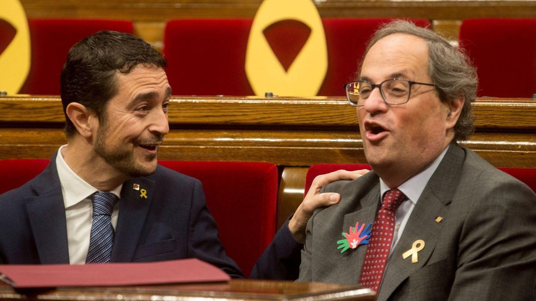 El presidente de la Generalitat Quim Torra, cambia impresiones con el conseller de Territorio y Sostenibilidad Damià Calvet. (EFE)