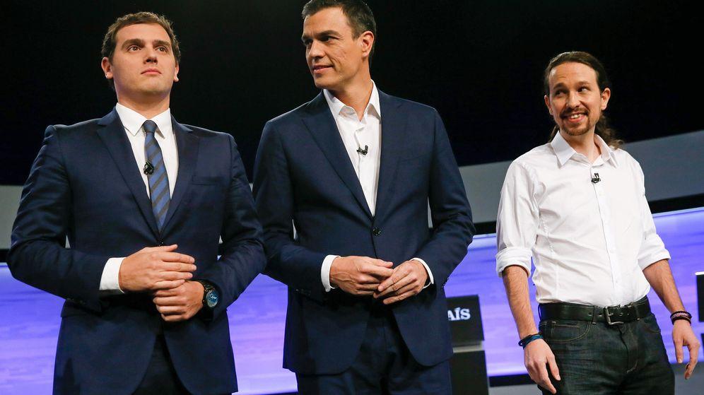 Foto: Pedro Sánchez, con Albert Rivera y Pablo Iglesias, durante el debate en 'El País', el pasado 30 de noviembre. (EFE)