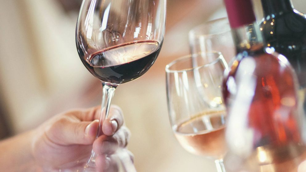 Por qué debes pedir la botella de vino más barata cuando vas a un restaurante