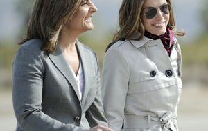 Foto: Letizia se relaja con Fátima Bañez antes de emprender el viaje a Panamá
