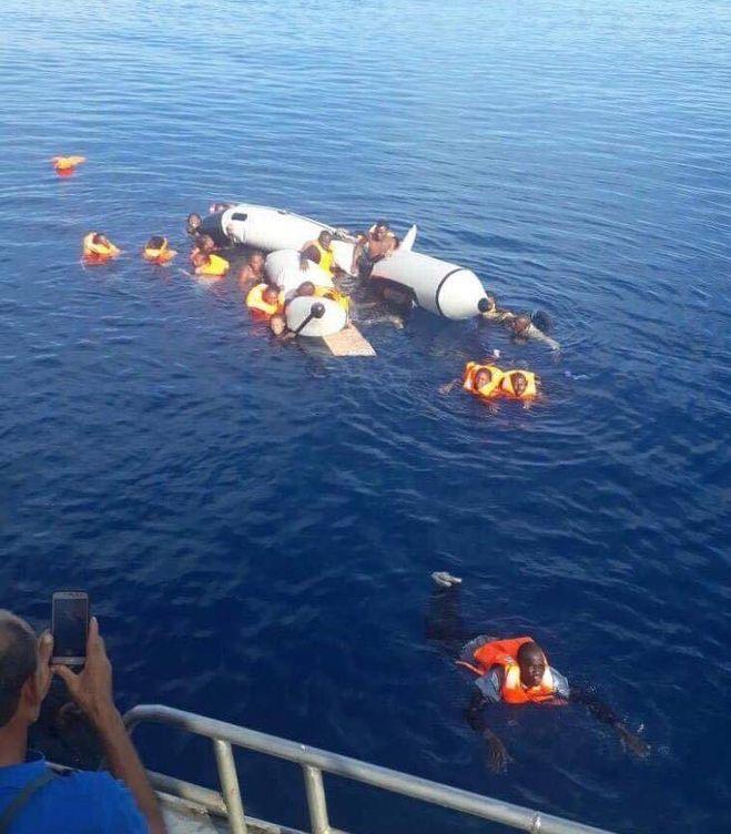 Foto: Imagen del naufragio de la lancha semirrígida extraída de un vídeo grabado desde un pesquero marroquí.