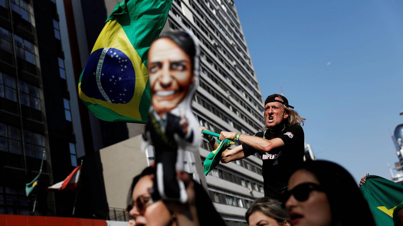 Foto: Seguidores de Jair Bolsonaro marchan por la Avenida Paulista tras el atentado contra el candidato, en Sao Paulo. (Reuters)