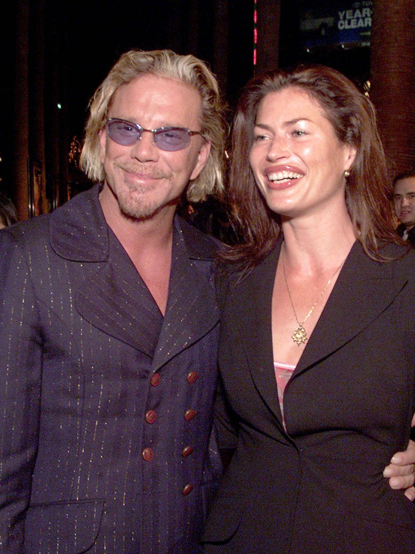 Mickey Rourke y Carré Otis en una foto de 2001. (Getty)