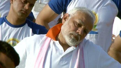 El primer ministro indio se apunta al yoga multitudinario