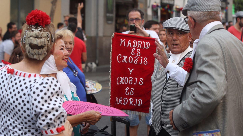Chulapos y chulapas en las fiestas madrileñas de agosto en 2019 (EFE)