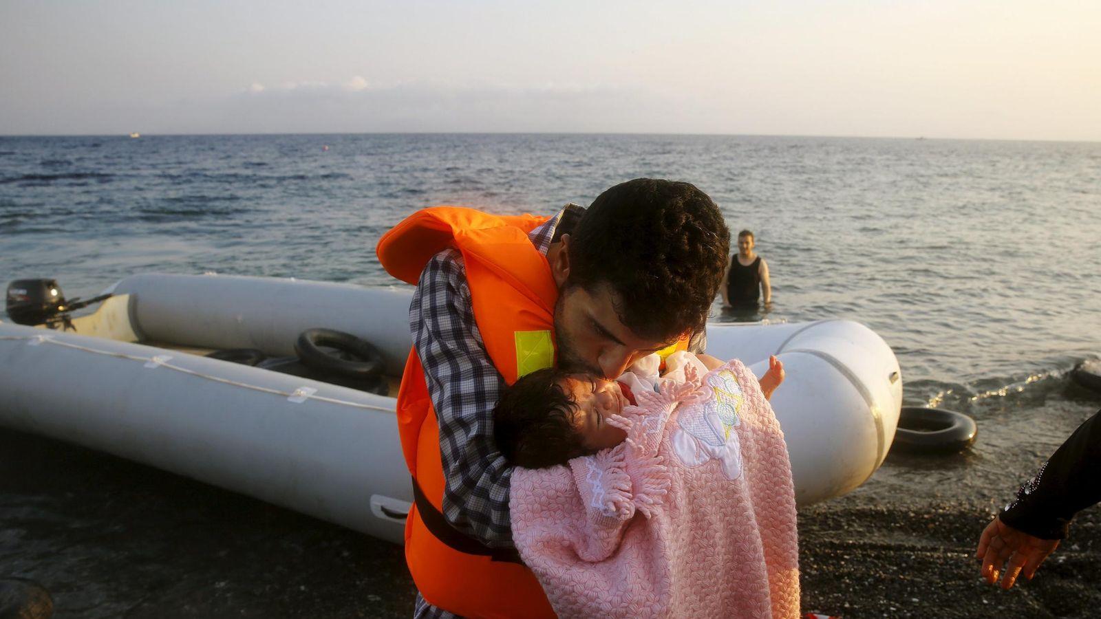 Foto: Un refugiado sirio besa a su hija de dos meses al desembarcar en la isla griega de Kos (Reuters)