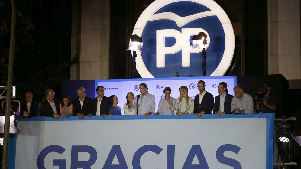 Foto: Mariano Rajoy en la Calle Génova de Madrid, tras conocer los resultados electorales del 26J. (EFE)