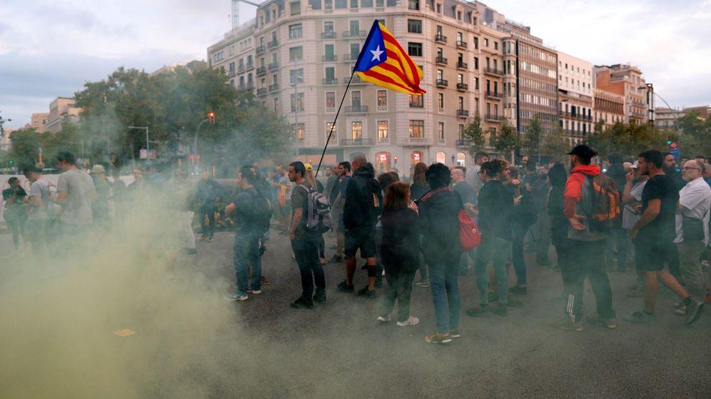 Foto: Manifestantes en Barcelona, durante el aniversario del 1-O. (EFE)