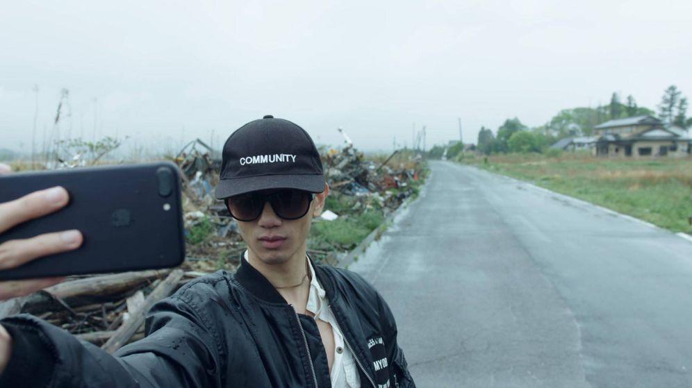 Foto: Un turista se hace un selfie en una zona devastada de Fukushima (Netflix)