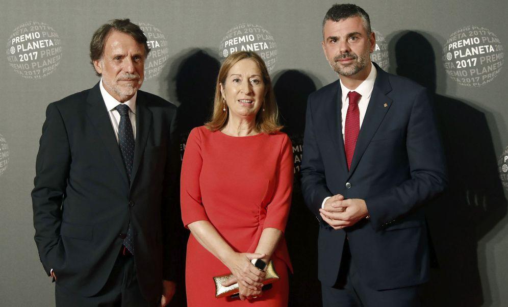 Foto: La presidenta del Congreso de los Diputados, Ana Pastor, acompañada por el delegado del Gobierno en Cataluña, Enric Millo (d), y el presidente del Grupo Planeta, José Creuheras (i). (EFE)