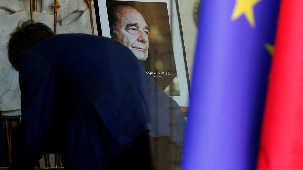 Foto: Una persona escribe en el libro de condolencias para el fallecido Jacques Chirac en el Palacio del Elíseo. (Reuters)