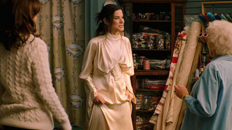 Sandra Bullock, cuando se prueba el vestido.