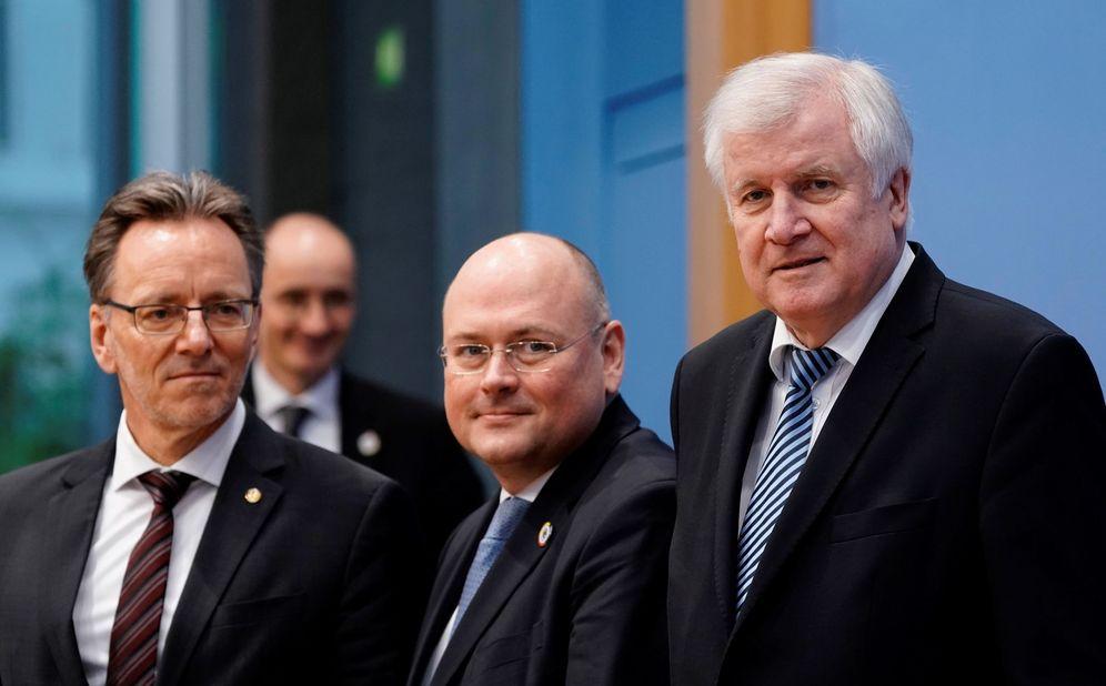Foto: El presidente de la Oficina Federal de Investigación Criminal (BKA), Holger Muench (i), durante la rueda de prensa. (EFE)