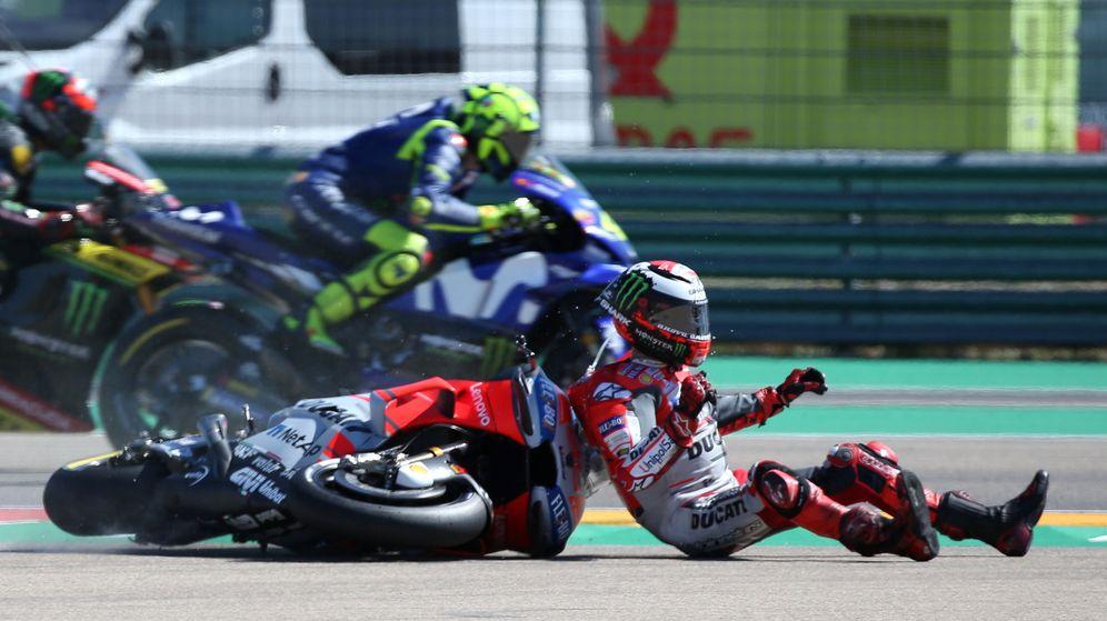 Foto: Jorge Lorenzo, después de su accidente en Motorland. (Reuters)