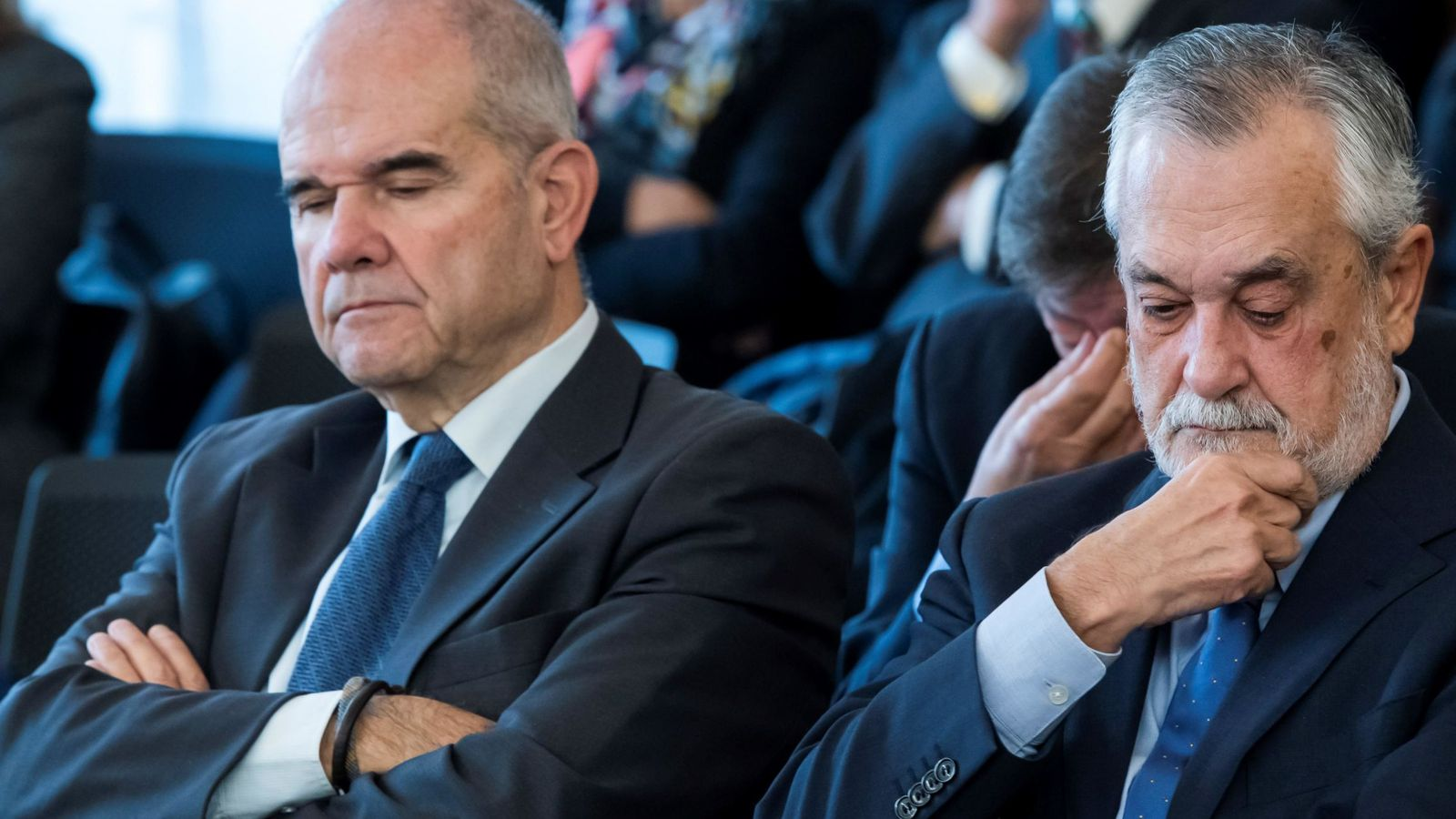 Foto: Los expresidentes andaluces Manuel Chaves (i) y José Antonio Griñán (d), en la sala de la Audiencia de Sevilla. (EFE)